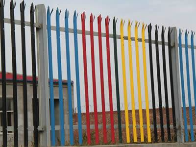 Five colors of palisade fence are installed in the yard.