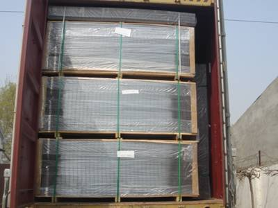 PVC coated welded wire mesh panels packaged in wooden pallet in the container